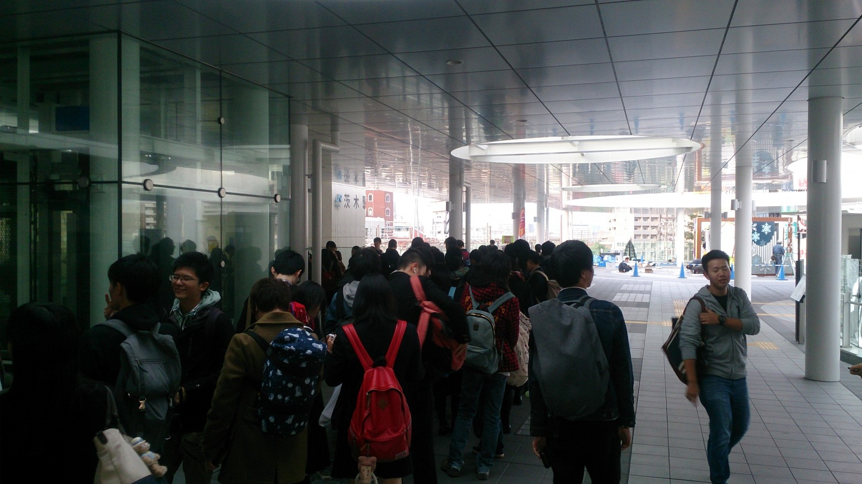 JR茨木駅コンコース外に行列