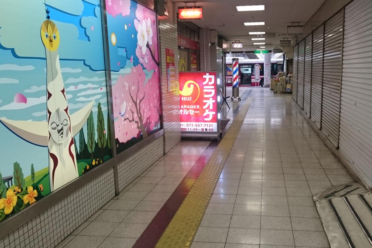 茨木駅前ビル管理組合と対立するオルセーカラオケが設置した看板